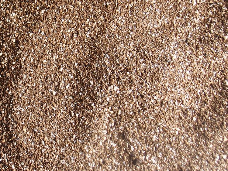 芝生用の土を床土に